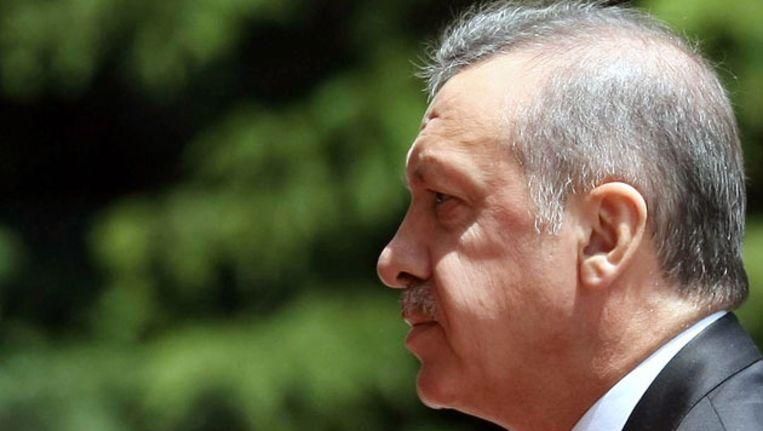 De Turkse premier Erdogan eerder vandaag op weg naar een kabinetsberaad waarin mogelijke stappen tegen Syrië besproken werden. Beeld AFP