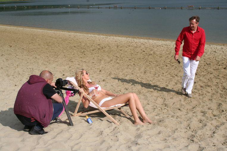 Kurt Lotigiers en Tailina Seery op het strand van de Nieuwdonk.