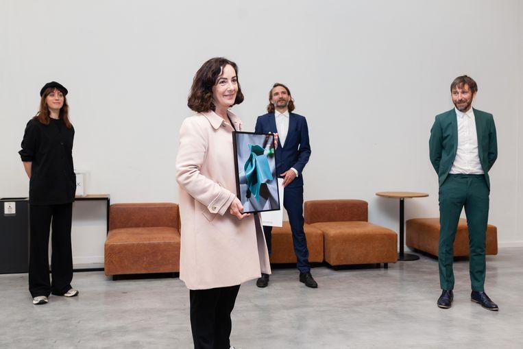 Femke Halsema krijgt een kunstwerk van Lonneke van der Palen (links): een foto met daarop een bakmat van de Action. Op de achtergrond de museumoprichters Bas Morsch (midden) en Leon Caren. Beeld Nina Schollaardt