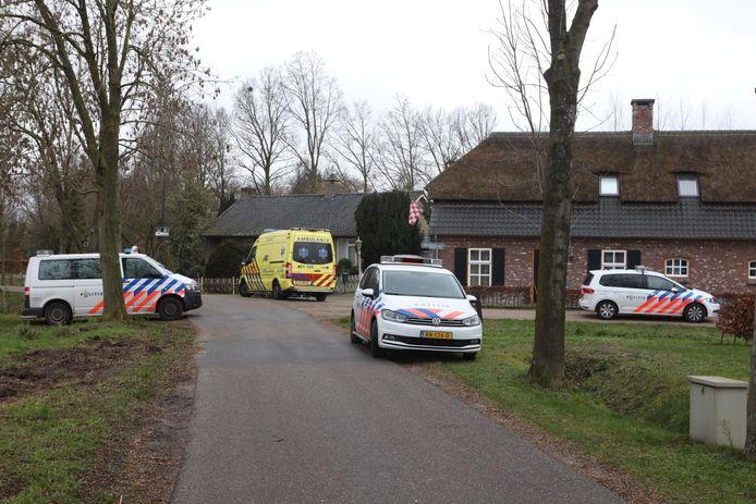 Hulpdiensten arriveren bij de Boxtelse bed & breakfast van Henk van den Oetelaar.
