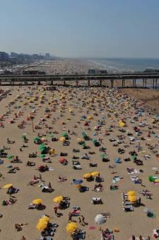 Drukte op het strand: Tientallen personen uit het water gered en verkeersregelaar in gezicht geslagen