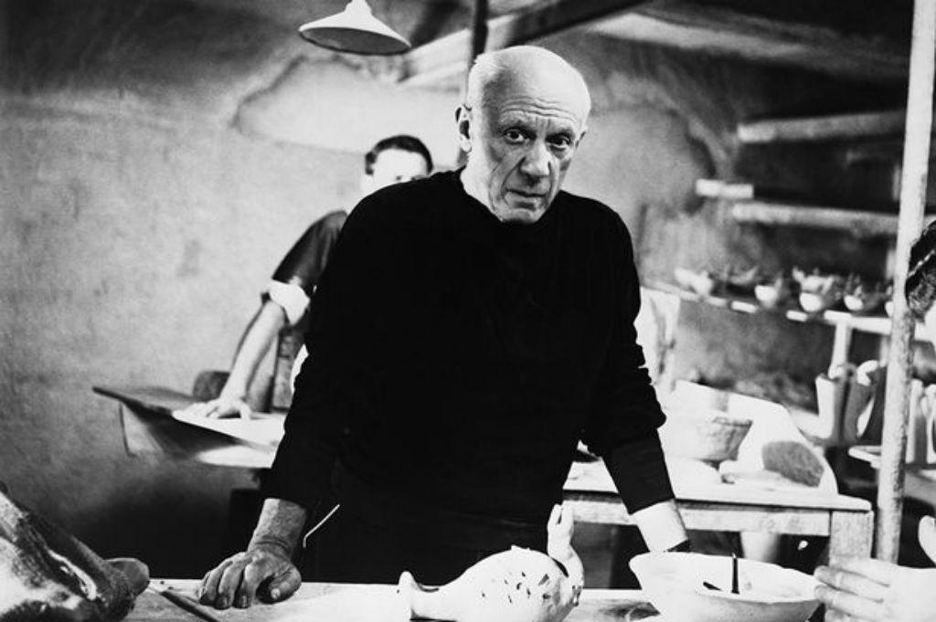 Pablo Picasso in zijn atelier.