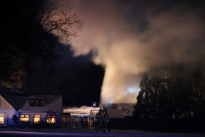 Er komt veel rook vrij bij de schuurbrand in Hellendoorn.