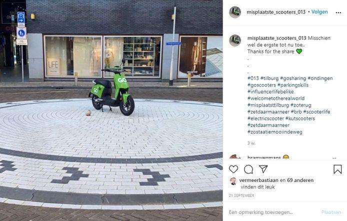 Een deelscooter midden op een rotonde