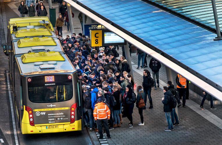 Drukte bij bus 12. Beeld Raymond Rutting / de Volkskrant