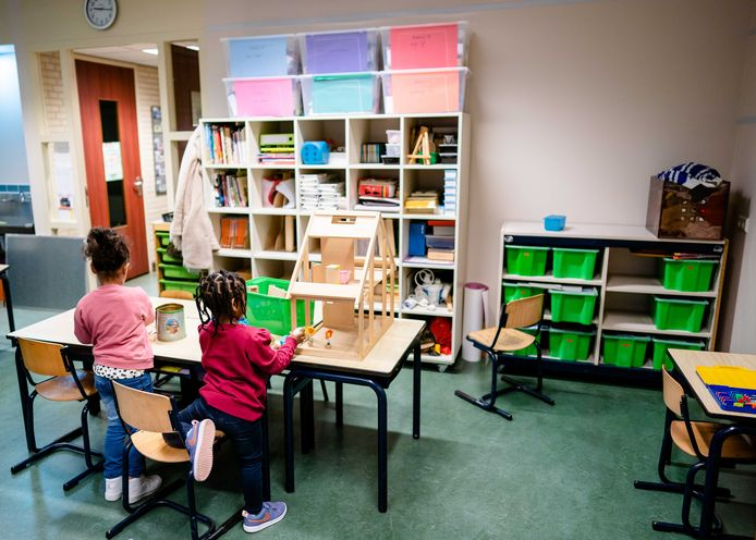 Een aantal leerlingen is ondanks de lockdown toch op basisschool Jeroen in Den Haag aan het werk