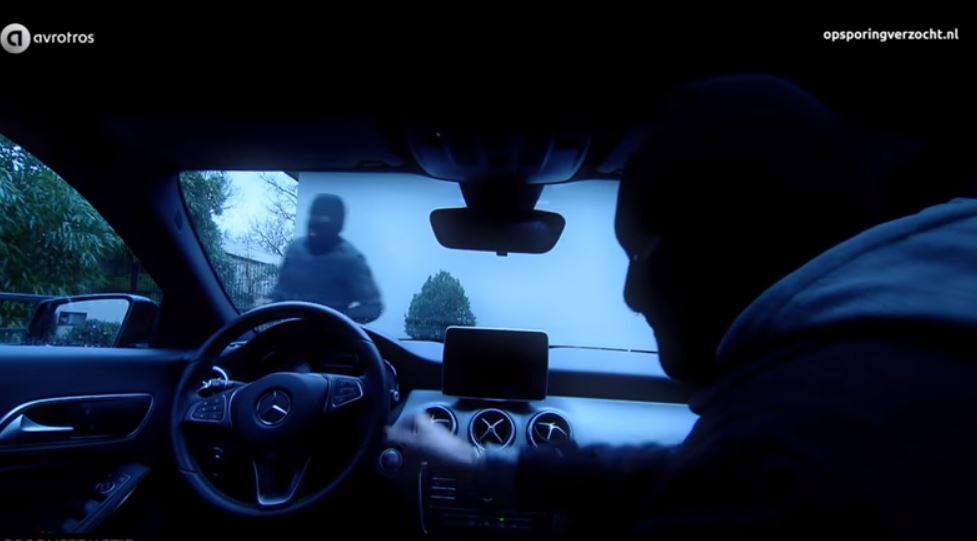 De overvallers in Malden proberen de Mercedes in z'n achteruit te zetten. Still uit video Opsporing Verzocht.