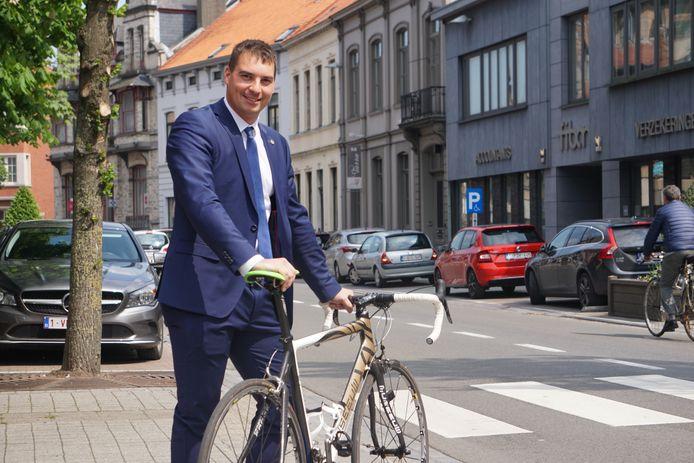 Schepen van economie Dries Depoorter (Open Vld) toont als gewezen wielrenner het goede voorbeeld en wipt de (koers)fiets op.