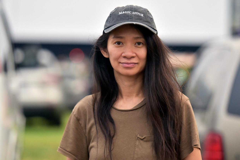Chloe Zhao regisseerde 'Nomadland', over zestigers die het land doorreizen van baantje naar baantje. Beeld AP