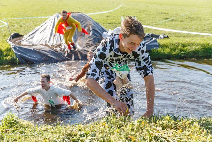 Uitgedoste deelnemers aan de Mudrun Boer en Burger. Studenten van Terra MBO organiseren in samenwerking met Aeres Hogeschool, een Mud-run op de Maargies Hoeve te Kallenkote.