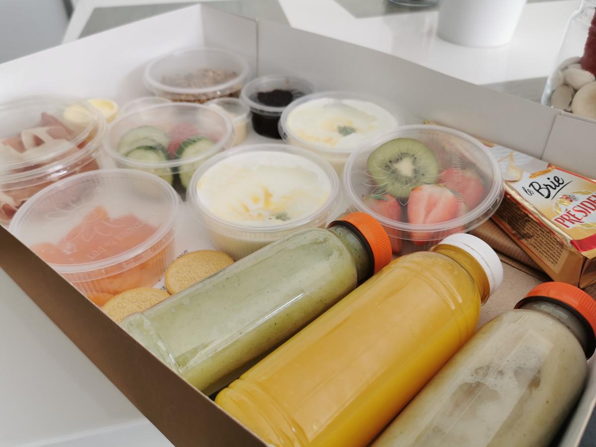 De ontbijbox met smoothies en tal van soorten beleg.