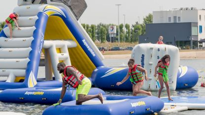 Verkoeling in pop-upwaterpark op Klein Strand