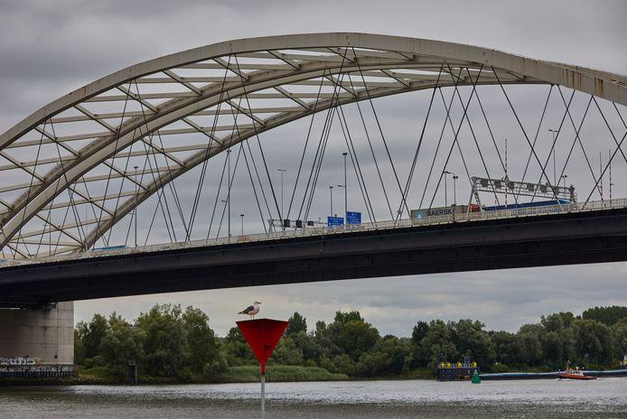 De bogen van de Van Brienenoordbrug moeten vanaf de zomer van 2026 worden gerenoveerd, maar is het nog niet duidelijk waar dat gaat gebeuren.