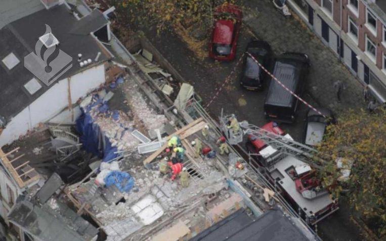 Brandweer- en ambulancepersoneel verlenen eerste hulp op het dak. Foto gemaakt door een politiehelikopter. Beeld Brandweer Amsterdam-Amstelland