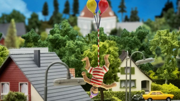Een scene uit de animatie John Dillermand: het hoofdpersonage vliegt door de lucht aan ballonnen die aan zijn penis bevestigd zijn. Beeld REUTERS