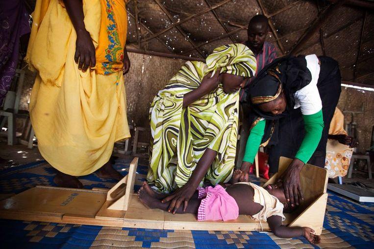 Een uitgehongerd kind wordt behandeld in Tawila, in het noorden van Darfur. Beeld afp