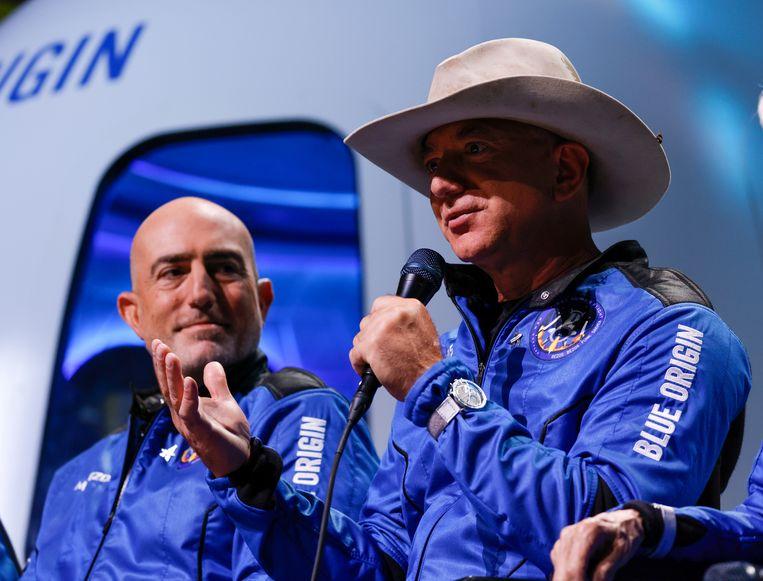 Jeff Bezos (met hoed) na zijn raketvlucht. Links zijn broer Mark.  Beeld Reuters