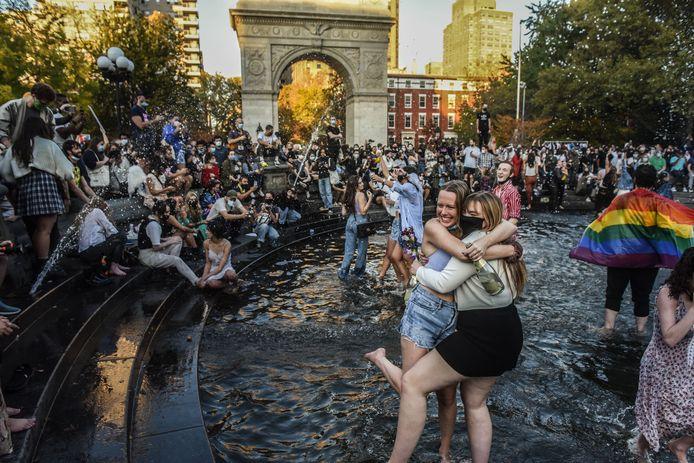 Mensen sprongen in de fontein in Washington Square Park in New York City.
