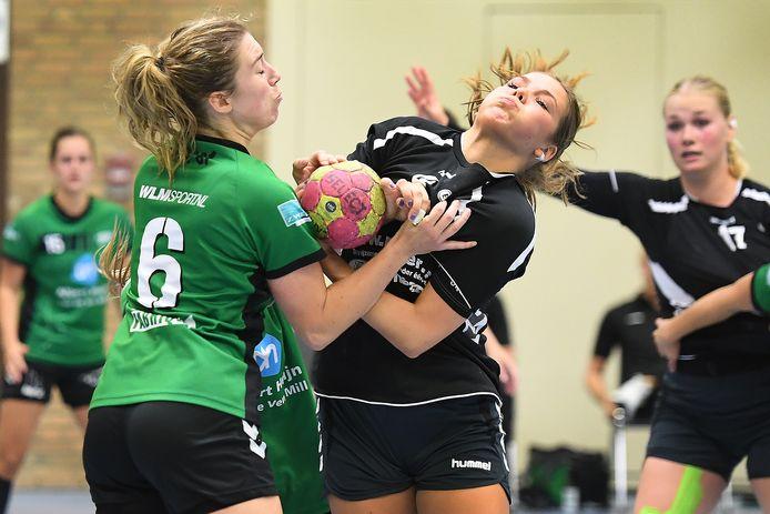 Marijn Weren (links) vecht namens MHV een pittig duel uit met een tegenstander van E&O.