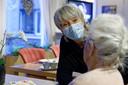 Ook in verpleeghuis De Beemden in Sint-Michielsgestel blijft mondkapjes dragen nog maanden het devies.