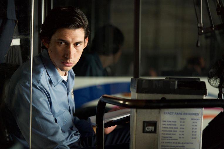 ► Adam Driver als buschauffeur Paterson. Elke dag van zijn leven ziet er hetzelfde uit. Beeld rv