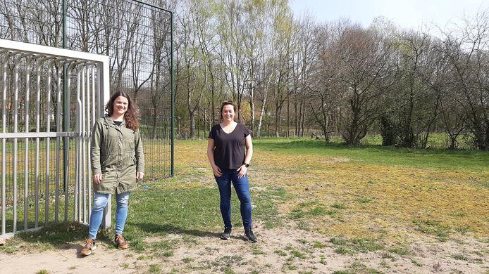 Eefje vanden Heuvel en Jessica Albers op het trapveld aan de Cuijksesteeg. Ze zijn de initiatiefnemers en drijvende krachten achter de komst van nieuwe speeltuinen in Mook.