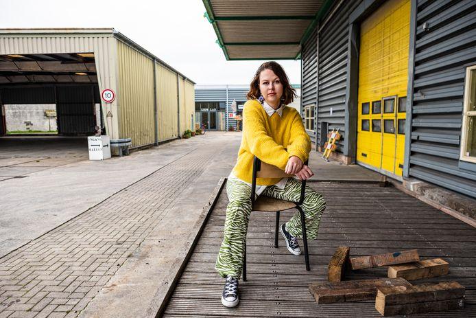Mariska van der Haven runt de tweedehands kleding boutique 'word eens wakker' op De Werf in Alphen.