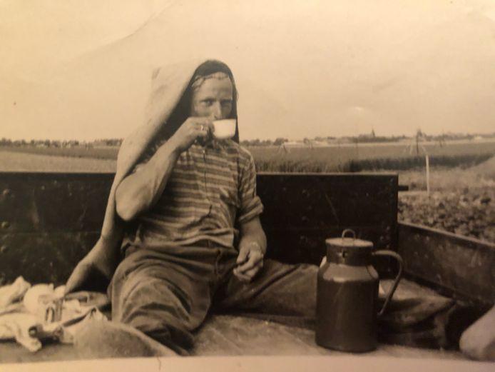 Piet Bolleboom tijdens een pauze bij zijn werk voor de boer