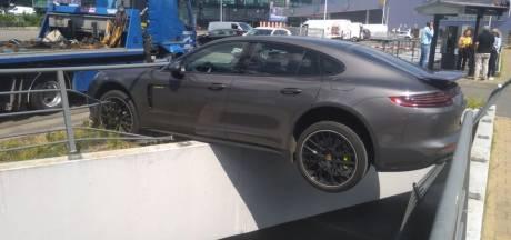 Bestuurder mist zich van pedaal: Porsche Panamera van 130.000 euro belandt bijna in afgrond