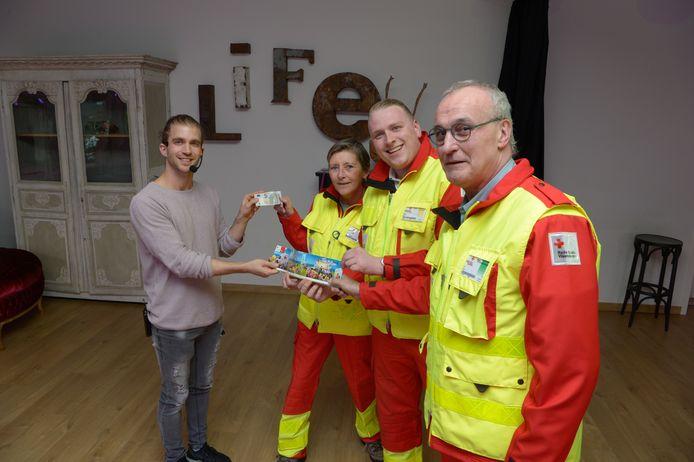 Dansleraar Dieter Vandeputte kocht de eerste Rode Kruis-sticker.