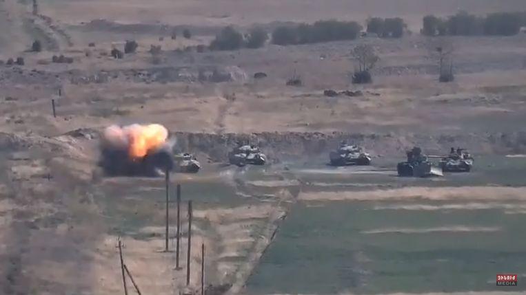 Een videostill van het Armeense ministerie van Defensie waaruit moet blijken dat een tank van Azerbeidzjan werd vernietigd in het grensgebied. Beeld EPA