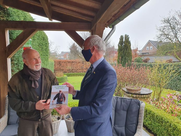 Burgemeester Jan-Frans Mulder (r) overhandigde onlangs het eerste exemplaar van de verhalenbundel aan Richard Bleijenberg.