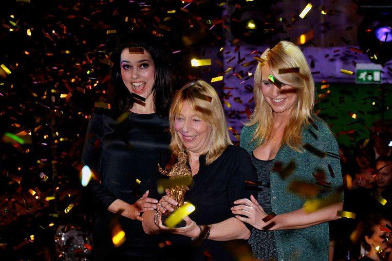 (VLNR) Susan Visser, Will Koopman en Linda de Mol met de Rembrandt voor beste film (Gooische vrouwen). Beeld