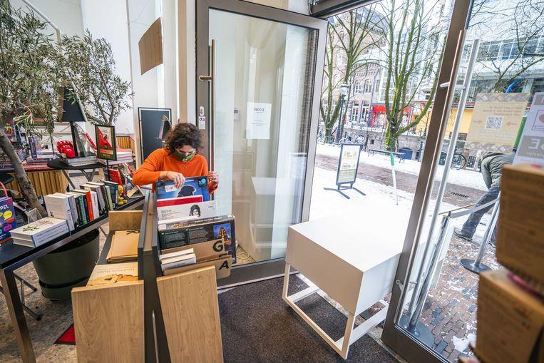 Medewerkers van boekwinkel Broese in Utrecht bereiden zich voor op het afhalen van bestellingen door consumenten. Beeld ANP