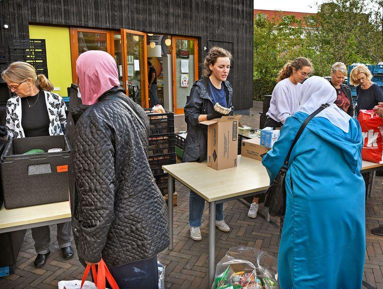 Voedselbank op het Makassarplein in Amsterdam-Oost.  Beeld Guus Dubbelman/de Volkskrant
