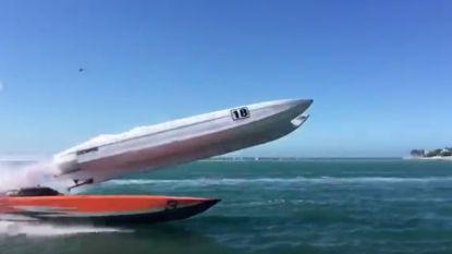 Wanneer een inhaalmanoeuvre tijdens een speedboatrace fout afloopt...