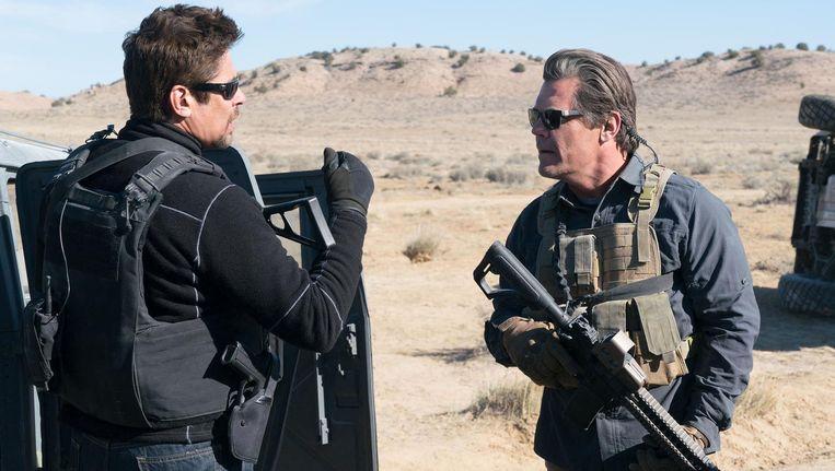 Josh Brolin (rechts) als agent Matt Graver en Benicio del Toro als huurmoordenaar Alejandro Gillick. Beeld Sicario