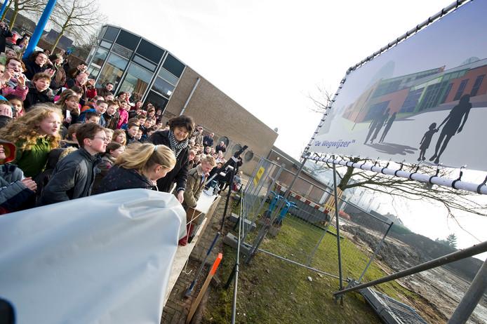 In 2009 onthulden leerlingen van De Wegwijzer het bord van de nieuwe school. Nu is hij te klein.