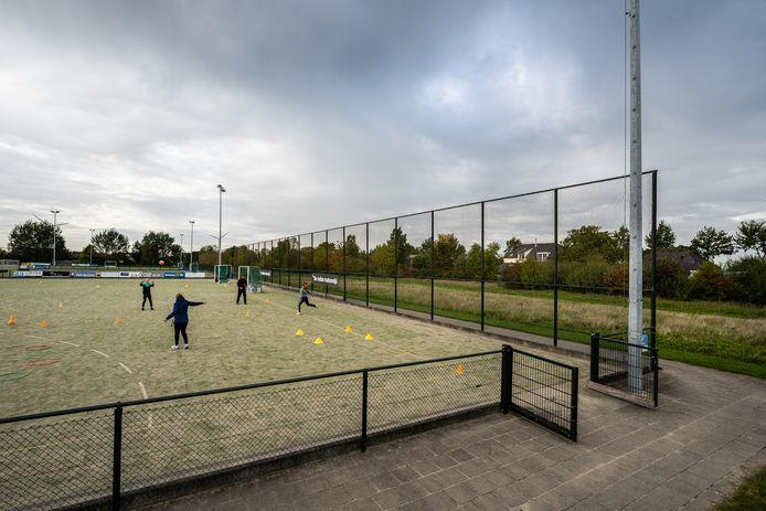 Leerlingen van het Westeraam en Lyceum Elst op Sportpark de Pas. Omdat de aanleg van de blaashal op het sportpark door de rechter is vertraagd dreigen er na de herfstvakantie weer gymlessen uit te vallen.