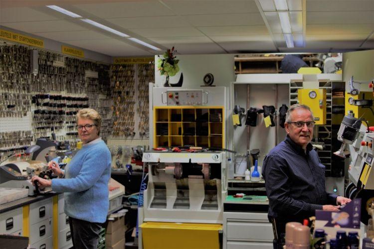 Welma en Bas van der Ree in hun zaak in Numansdorp, dat zowel een schoenmakerij als winkel voor sleutels, koffers en lederwaren is.