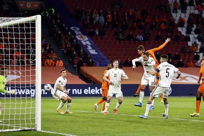 Luuk de Jong scoort de 2-0 tijdens de WK-kwalificatie wedstrijd tussen Nederland en Letland.