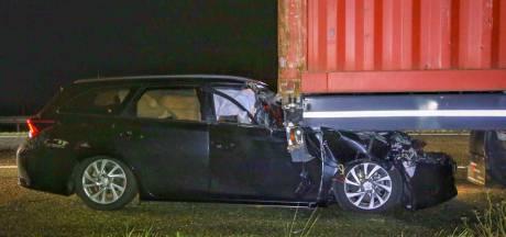 Vrachtwagen denkt klapband te hebben, maar blijkt auto mee te slepen op A67 bij Hapert