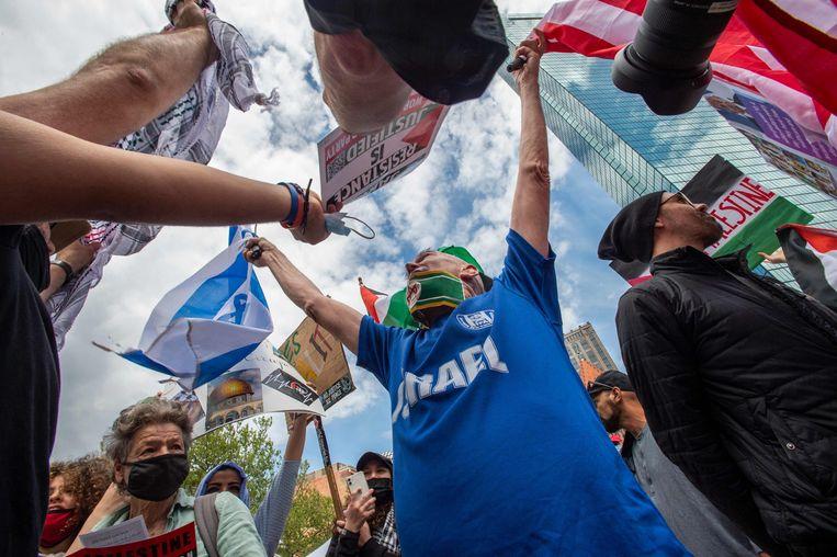 Een pro-Israëlische demonstrant laat een tegengeluid horen bij een solidariteitsbetoging met de Palestijnse zaak in de Amerikaanse staat Boston. Beeld AFP