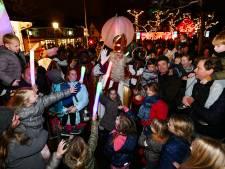 Kinderen zingen nog een laatste liedje voor Sinterklaas