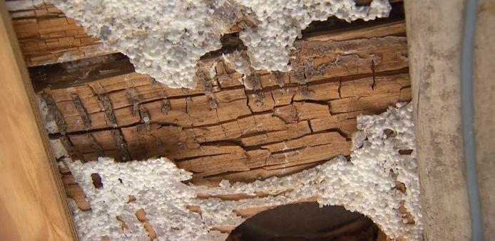 Het houtmassiefbouw zou wekenlang blootgesteld zijn geweest aan de regen en is daardoor nu rot.