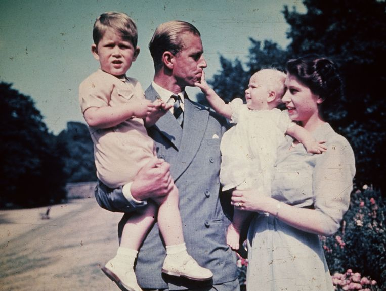 Princess Elizabeth with her husband Prince Philip, Duke of Edinburgh, and their children Prince Charles and Princess Anne, August 1951.  (Photo by Keystone/Hulton Archive/Getty Images) Beeld Getty Images