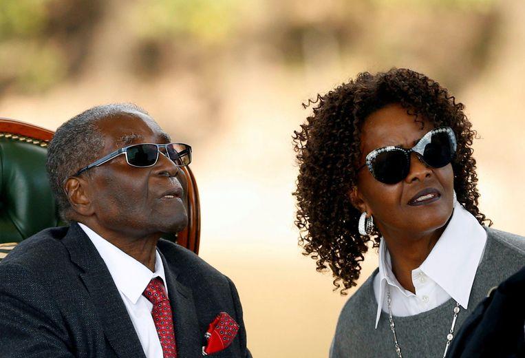 Grace en Robert Mugabe in de zomer van vorig jaar, vier maanden voor de staatsgreep tegen de president van Zimbabwe.  Beeld REUTERS