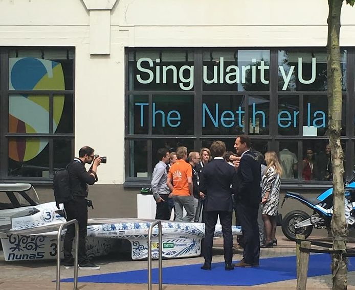Rob van Gijzel wacht op de komst van koningin Máxima in Eindhoven.