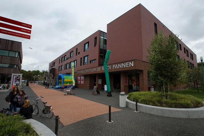 Het winkelcentrum De Rooi Pannen, onderdeel van de scholengroep