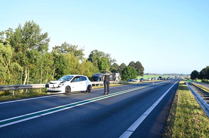 Verkeer in beide richtingen wordt omgeleid via de op- en afrit.